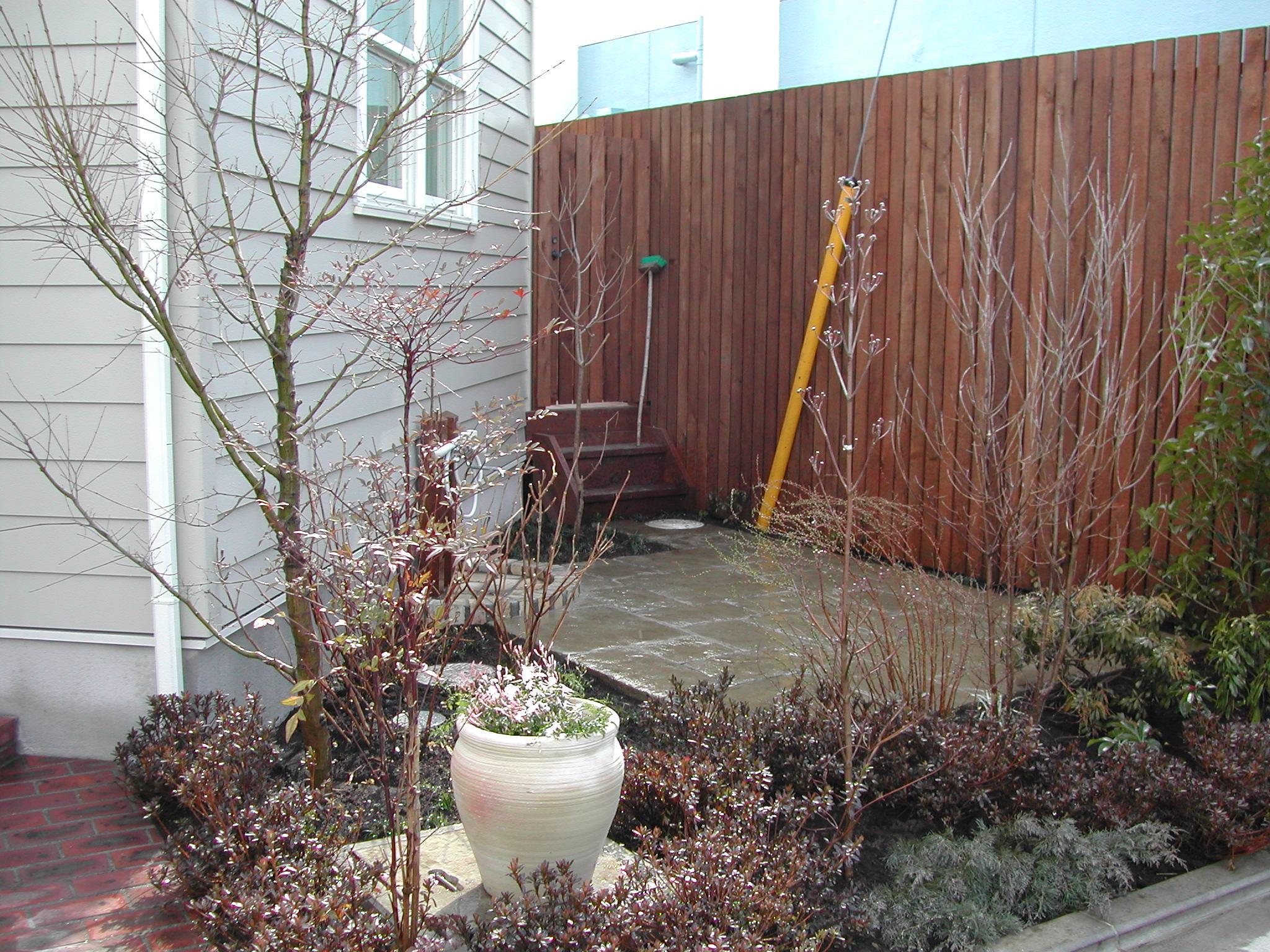 フェンス 石敷き踊り場 植栽