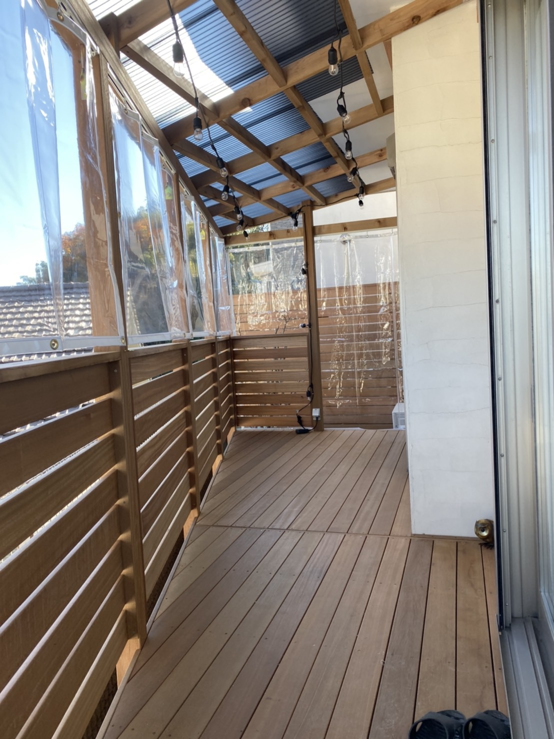 屋根とビニールカーテン付きウッドデッキ。 冬でも楽しめます。