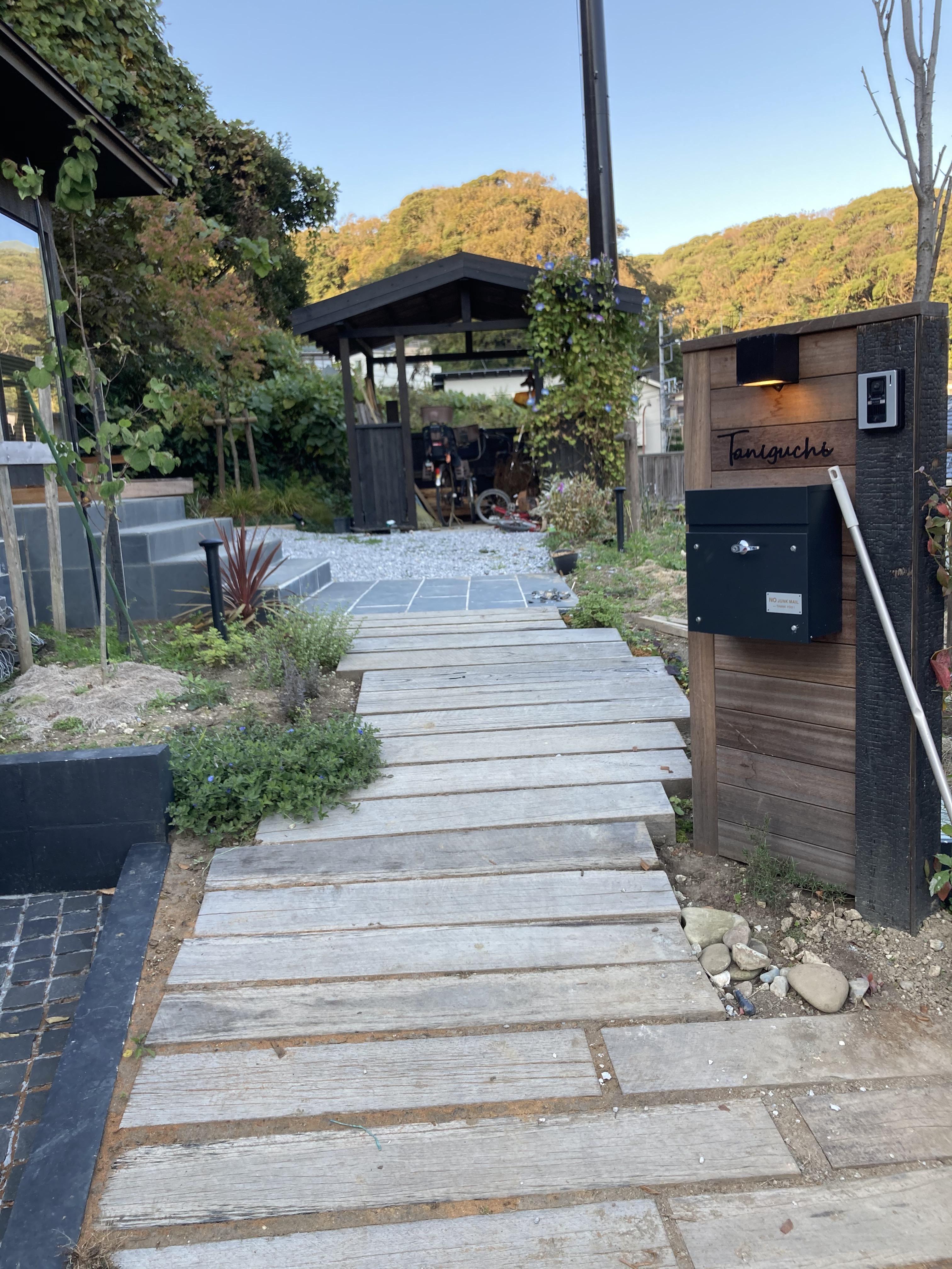 門柱 枕木園路 奥には自転車置き場