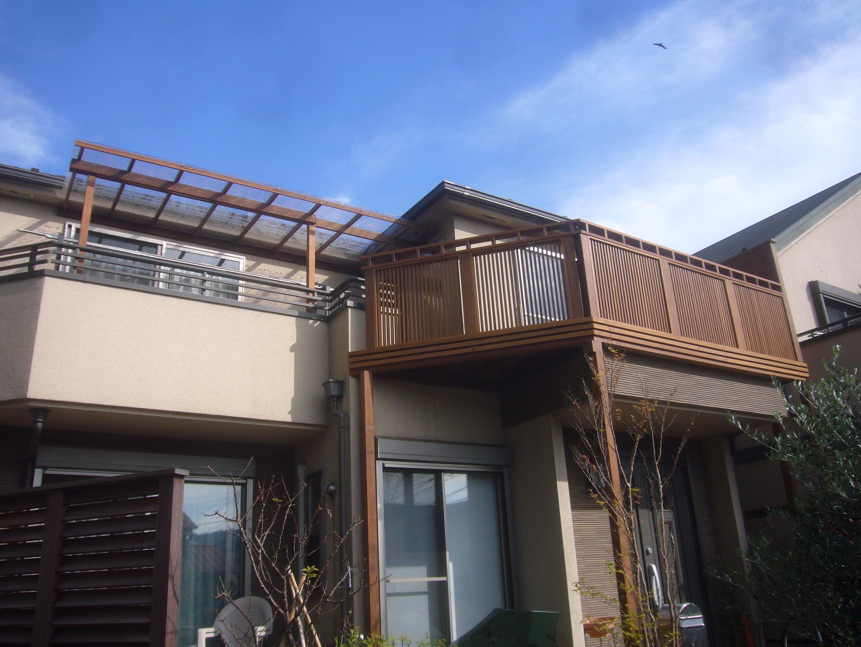 スカイデッキと物干し屋根。清楚なデザインです