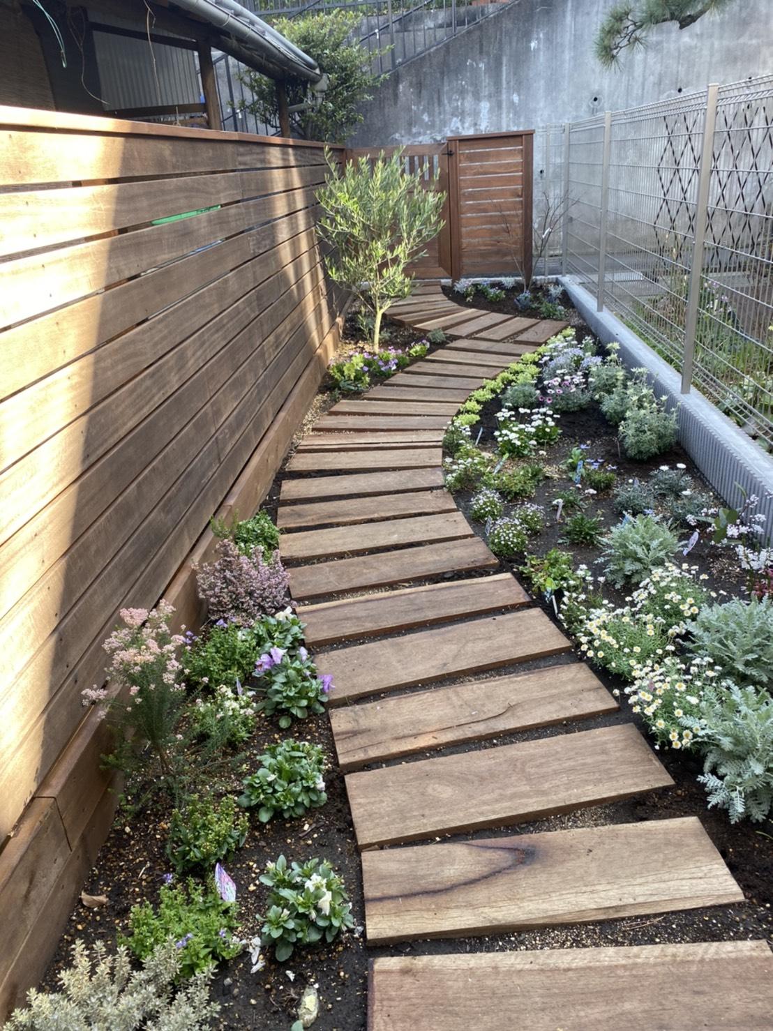 裏庭のデッドスペースも楽しくなった 園路 フェンス 花壇